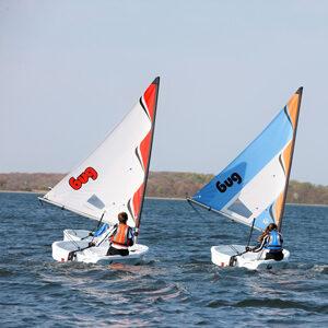 Kinder segeln Vor dem Wind um Laser BUG