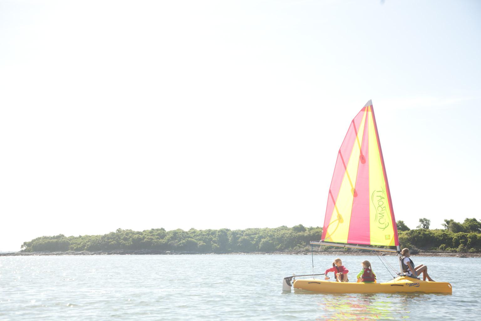 Chillen auf dem Wasser in einem Funboat