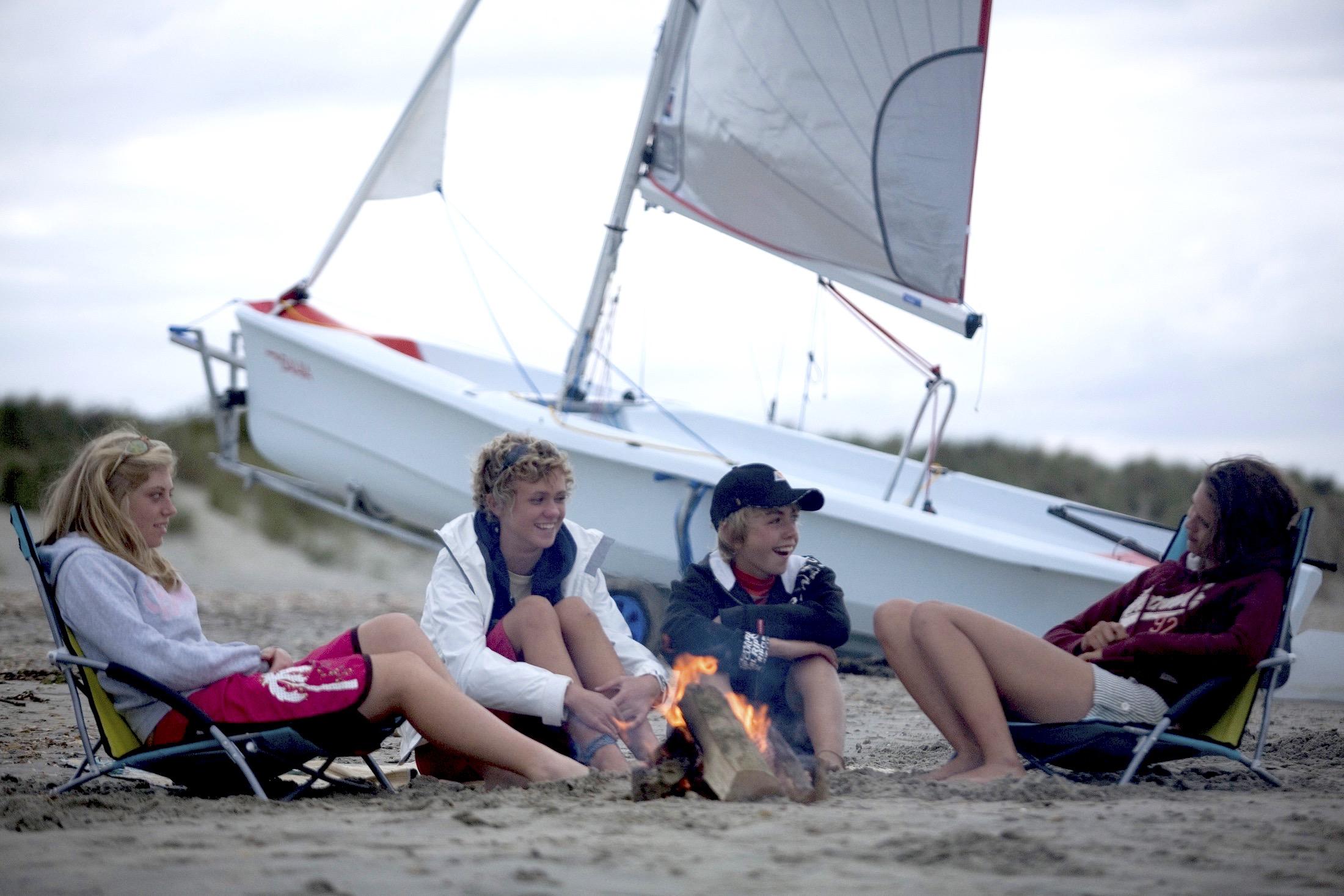 Segelfreizeit mit Jugendlichen am Lagerfeuer am Strand