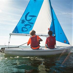 zwei Kinder segeln Laser PICO