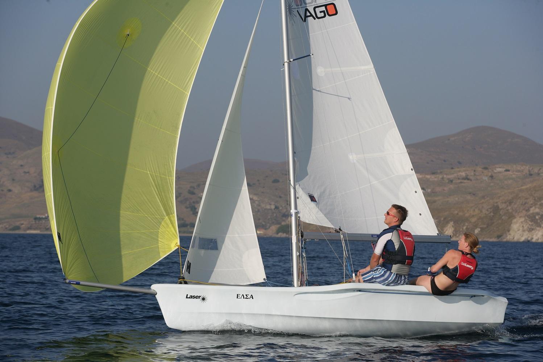Ehepaar segeln unter Gennaker mit Laser Vago