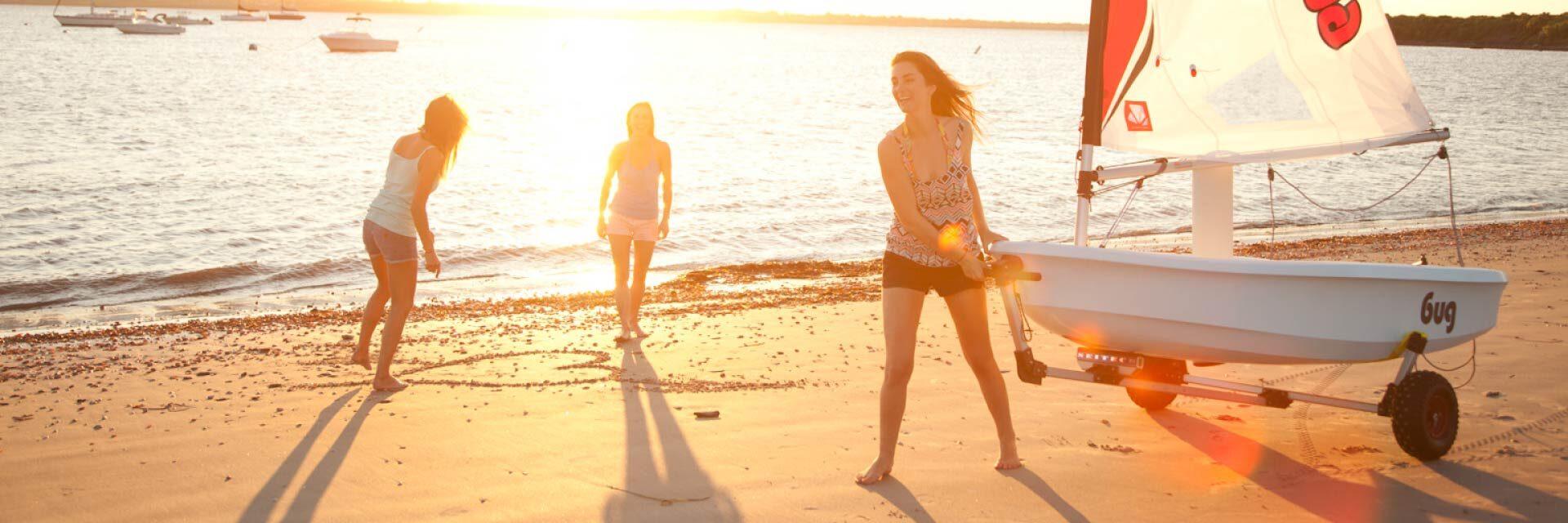 Sonneuntergang am Strand nach dem Segeln
