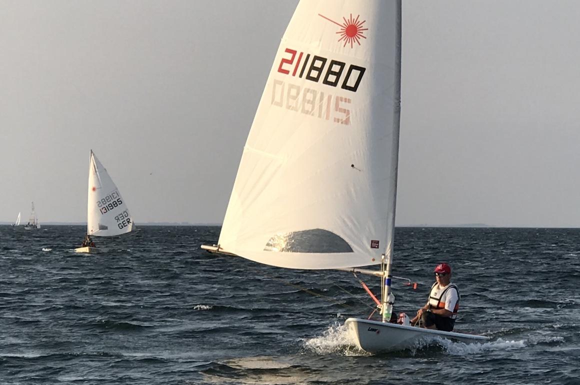 Laser Standard mit MK1 Segel vor dem Wind auf der Ostseewelle gleitend