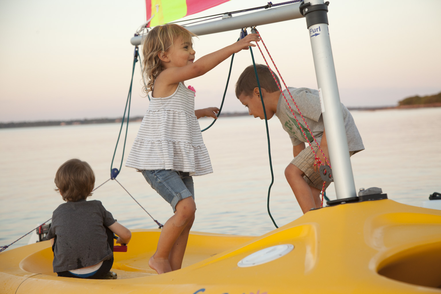 Funfboat am Strand als beliebter Kinderspielplatz