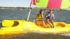Funboat Segeljolle mit Steuerfrau und Vorschoterin