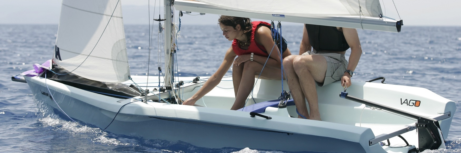 Pärchen beim Laser VAGO segeln bei leichter Brise